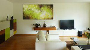 Grand tableau vert dans un salon contemporain