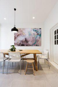Grand tableau de couleur taupe dans la salle à manger